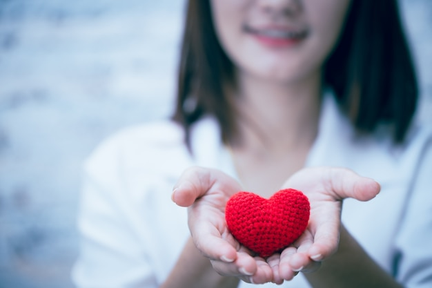 Śliczna dziewczyna nastolatka, dając miłość serce i uśmiech