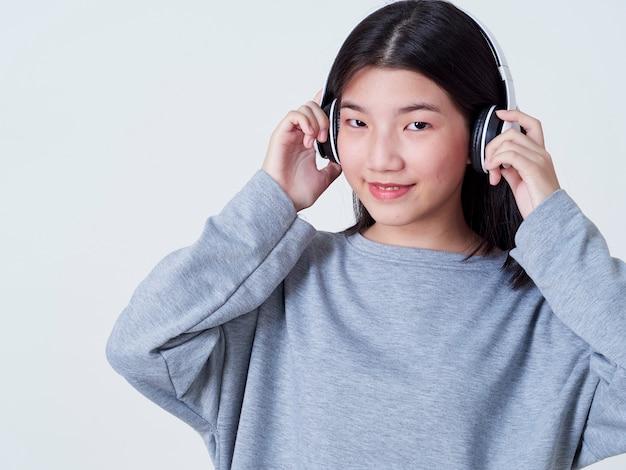 Śliczna dziewczyna podczas gdy słuchający muzyka