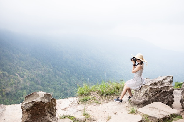 Śliczna dziewczyna podróżuje na wysokiej górze. park narodowy khao yai, tajlandia.