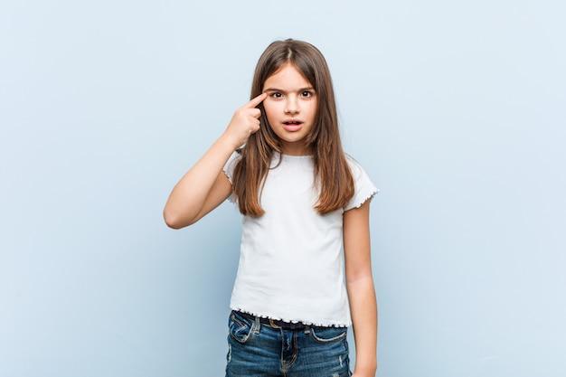 Śliczna dziewczyna pokazuje rozczarowanie gest z palcem wskazującym.