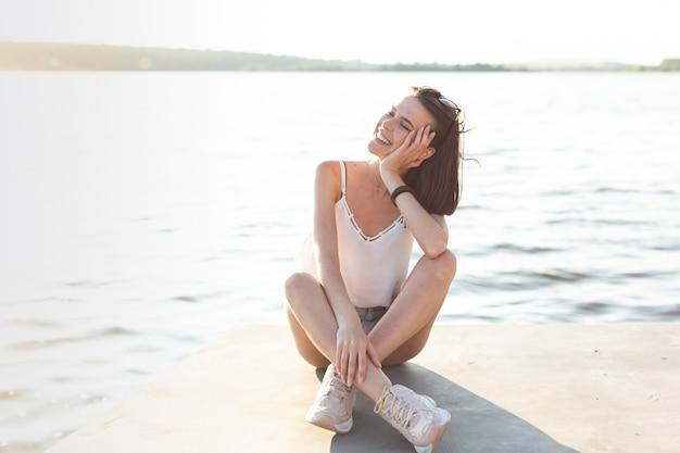 Śliczna dziewczyna pozuje w słonecznym dniu