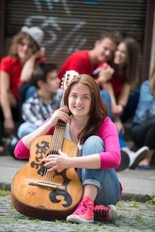Śliczna Dziewczyna Pozuje Z Gitarą Premium Zdjęcia