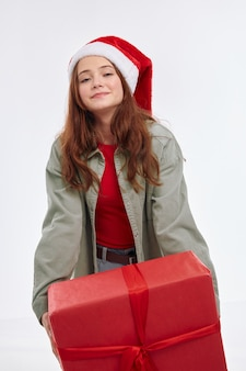 Śliczna dziewczyna prezent na nowy rok uśmiech santa hat wakacje zabawa radość. wysokiej jakości zdjęcie