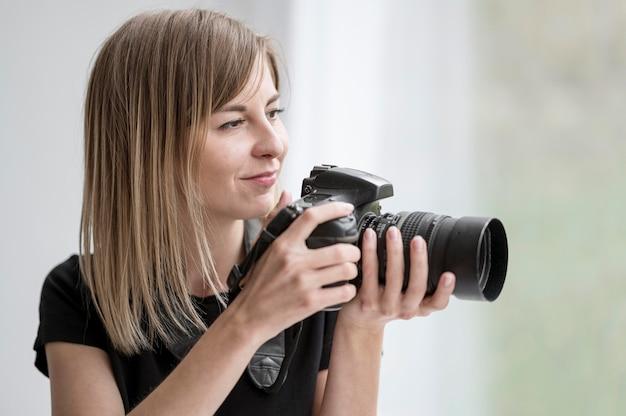 Śliczna dziewczyna przygotowywająca brać fotografię