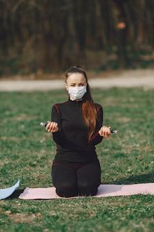 Śliczna dziewczyna robi joga w lato parku