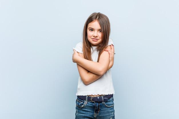 Śliczna dziewczyna robi się zimno z powodu niskiej temperatury lub choroby.