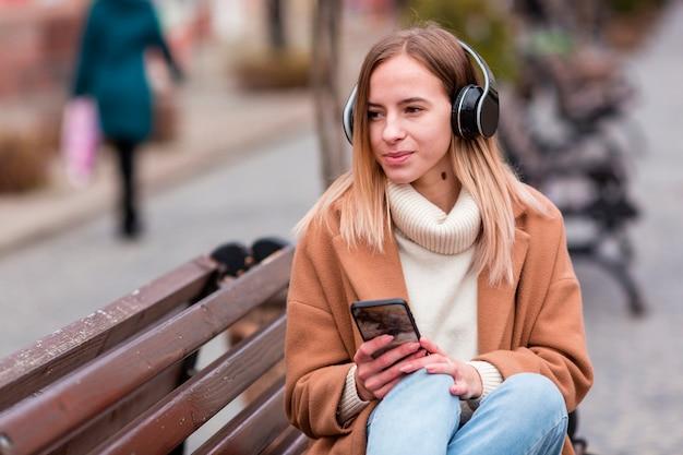 Śliczna dziewczyna słucha muzyka na hełmofonach