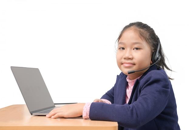Śliczna dziewczyna studiuje online z domu