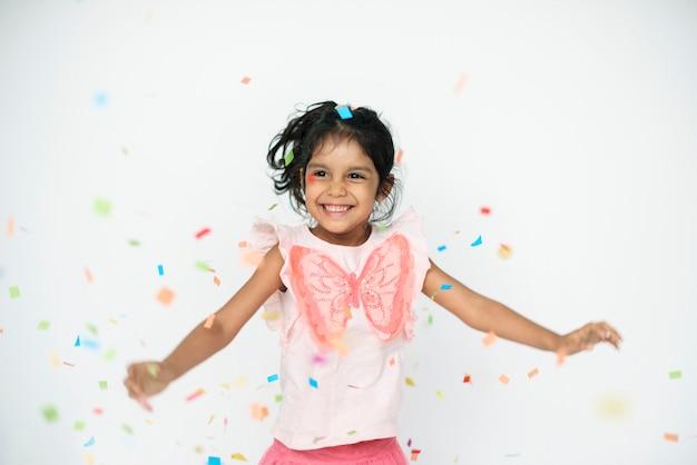 Śliczna dziewczyna taniec w confetti