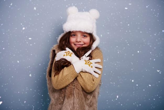 Śliczna dziewczyna trzęsie się z zimna