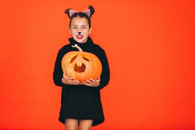 Śliczna dziewczyna ubierał w halloween kostiumu w studiu