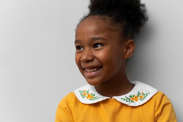 Śliczna dziewczyna uśmiechnięta portret