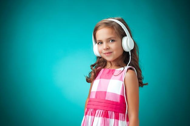 Śliczna dziewczyna używa białych hełmofony