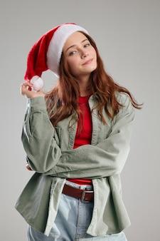 Śliczna dziewczyna w czapce z pomponem i kurtką święta boże narodzenie nowy rok. wysokiej jakości zdjęcie