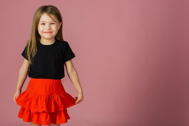Śliczna dziewczyna w czarny top i czerwoną spódnicę