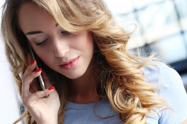 Śliczna dziewczyna w domu i zadzwoń do kogoś