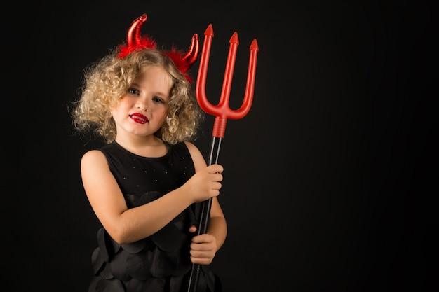 Śliczna dziewczyna w kostiumu diabła