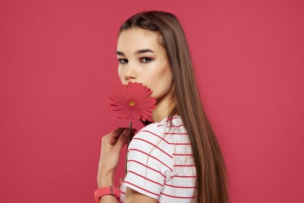 Śliczna dziewczyna z czerwoną koszulką w paski w kwiaty przycięte wygląda luksusowo