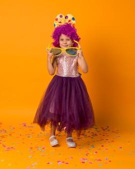 Śliczna dziewczyna z peruką klauna i tutu