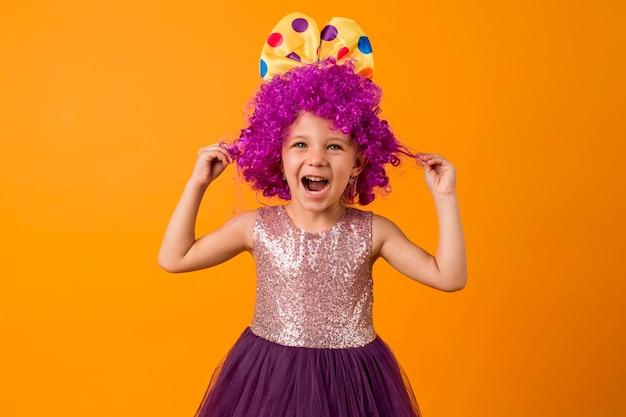 Śliczna dziewczyna z peruką klauna