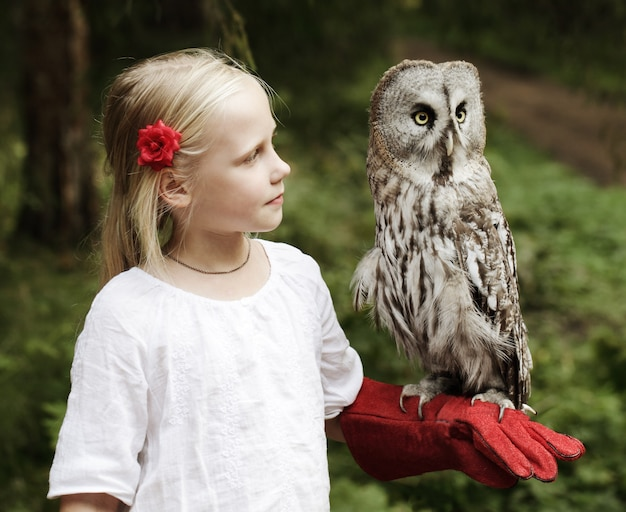 Śliczna dziewczyna z ptakiem na zewnątrz