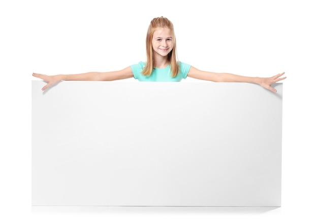 Śliczna dziewczyna z pustą tablicą reklamową na białym tle