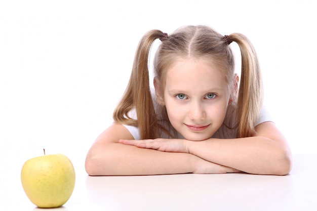 Śliczna dziewczyna z świeżym jabłkiem