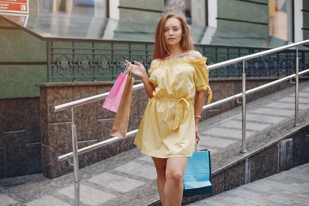 Śliczna dziewczyna z torba na zakupy w mieście