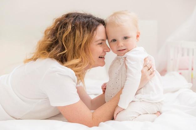 Śliczna dziewczynka bawić się z matką w domu