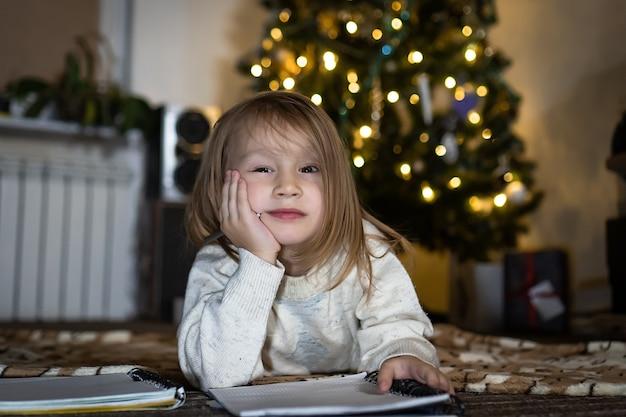 Śliczna dziewczynka napisz list do świętego mikołaja