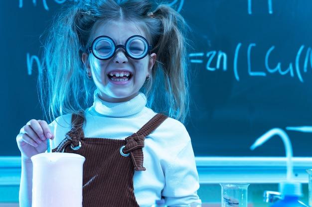 Śliczna dziewczynka podczas lekcji chemii w szkole