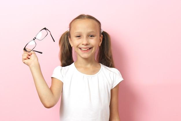 Śliczna dziewczynka sprawdza wzrok za pomocą testu wzroku okulisty