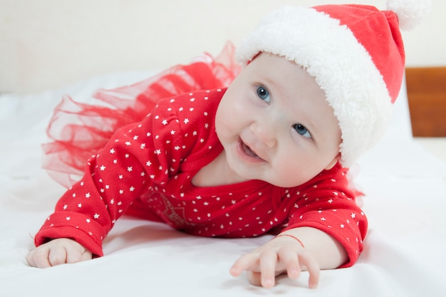 Śliczna dziewczynka w bożych narodzeniach kapeluszowych