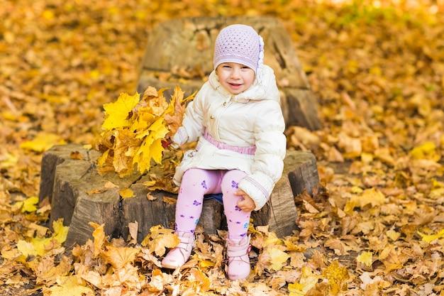 Śliczna dziewczynka w czasie jesieni