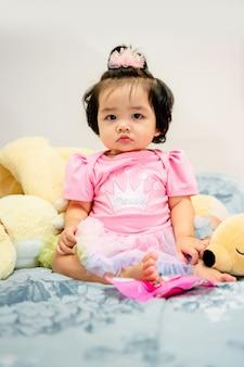 Śliczna dziewczynka w różowej sukni