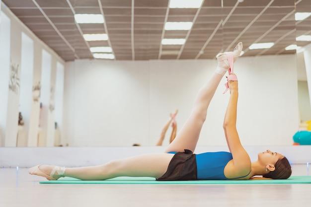 Śliczna gimnastyczka zaangażowana w trening w hali