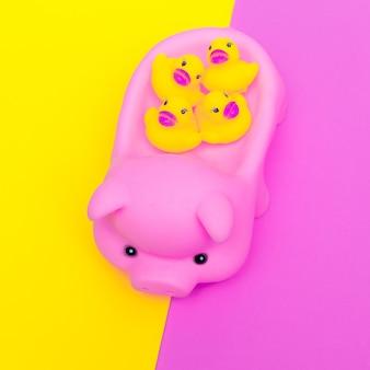Śliczna gumowa świnia i kaczki. płaska sztuka minimalna