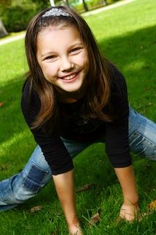 Śliczna i atrakcyjna dziewczyna pozuje w parku