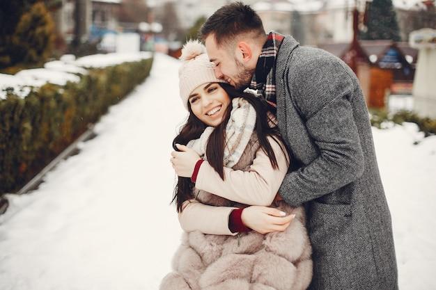 Śliczna i kochająca para w zimy mieście