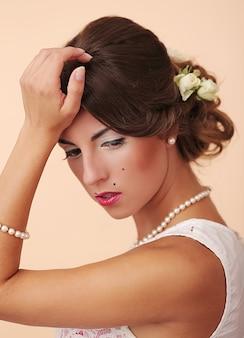 Śliczna i młoda dziewczyna przygotowuje się do małżeństwa