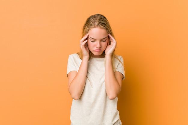 Śliczna i naturalna nastolatek kobieta dotyka świątynie i ma ból głowy