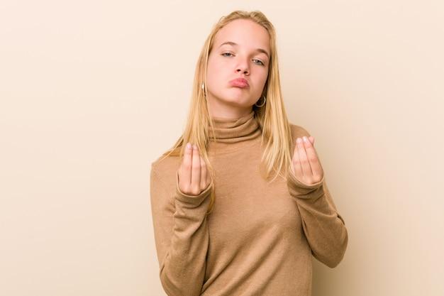 Śliczna i naturalna nastolatek kobieta pokazuje, że nie ma pieniędzy.