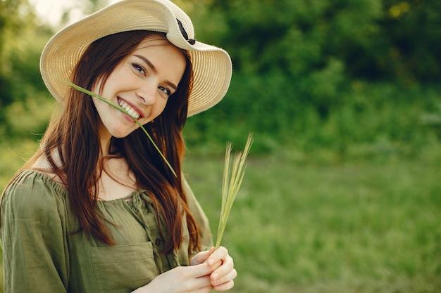 Śliczna i piękna dziewczyna w lata polu