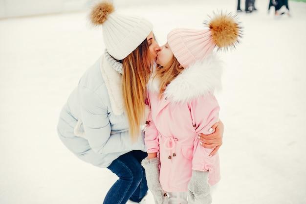 Śliczna i piękna rodzina w zimowym mieście