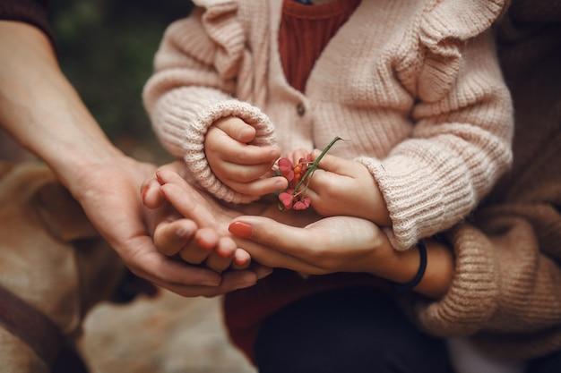 Śliczna i stylowa rodzina bawić się w jesieni polu