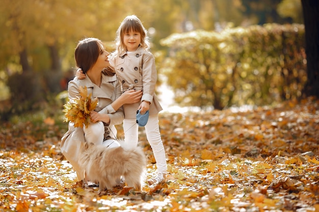 Śliczna i stylowa rodzina w jesiennym parku
