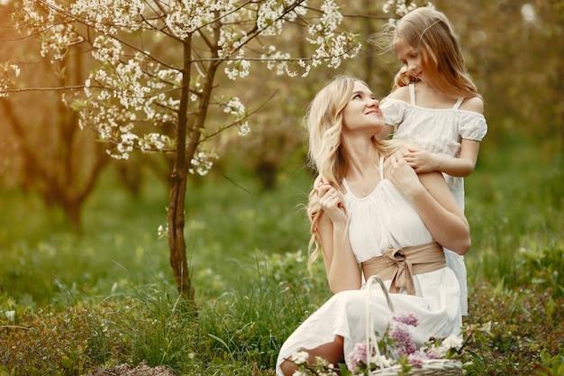 Śliczna i stylowa rodzina w wiosennym parku