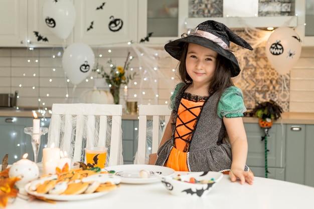 Śliczna i szczęśliwa dziewczyna z kostiumem czarownicy