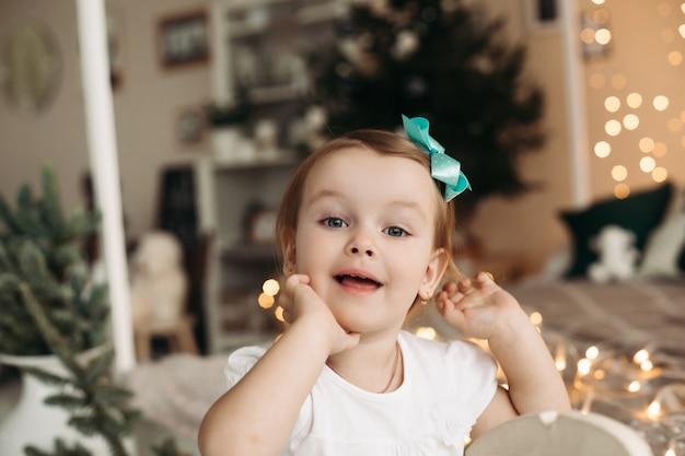 Śliczna i urocza mała dziewczynka z pięknymi szarymi oczami odwracając