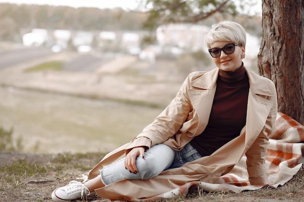 Śliczna kobieta odpoczywa w jesień parku